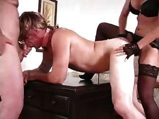 женщина трахает парня и его сосать член