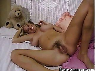 мэри лиса дрочит и играя ее волосатую киску с фаллоимитатором