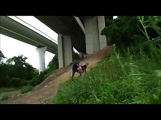Горячая школьница трахал на открытом воздухе под шоссе