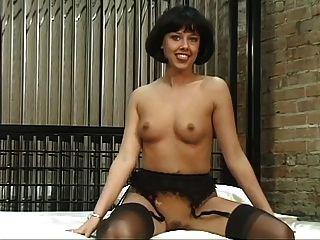 сексуальная брюнетка с чулками и красивые сиськи показывает ее идеальной попку и киску