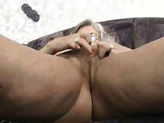 Бабушка играет сама с собой