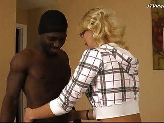 Гетто черный трахает 18 лет блондинкой - просмотр