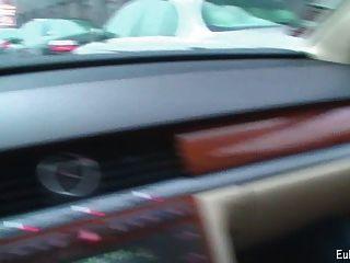 Анета показывает минет и трахается в машине