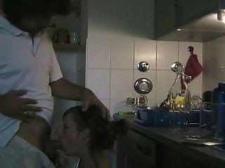 любительская пара трахается на кухне