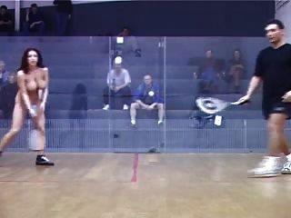бесстыдная девушка играет в теннис голым перед толпой мужчин