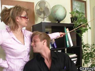 горячий офис секс с зрелой сукой
