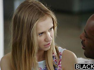 затемненными изящная блондинка молодой Rachel Джеймсе первый большой черный петух