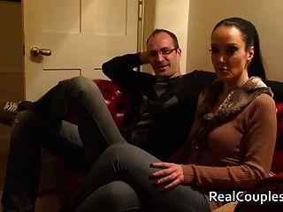 кудрявый жена в пвх с Кроссдрессинг мужем