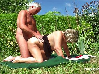 немецкий дедушка и бабушка ебет жесткий в саду