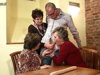 зрелая мама мама и мама ебать не их сын