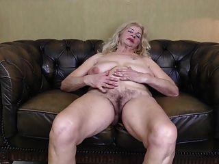 старая бабушка с большими сиськами отвисших и жаждущую пизду