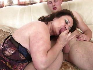 пожилые мама и жена соблазняет молодой не ее сын