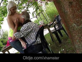 Богатый старик трахает свою грудастую блондинку детка