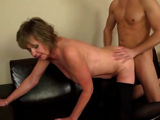 Homeboy трахает зрелая мать грубо и приятно