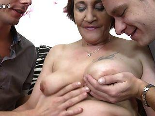непослушный пожилые мама трахает двух мальчиков сразу же