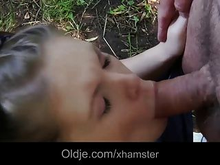Oldman шлепает и трахает беспокойная Teenie в лесу