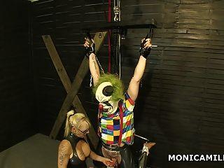 кудрявый Monicamilf является привязав грязный клоун с ног на голову