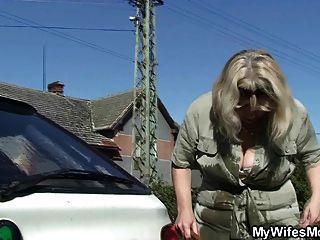 жена находит свою старую маму и мужа гребаный
