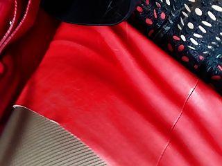 лизать пятки чистыми! шлюха в машине из кожи и Louboutin пятки