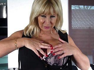 зрелые голландская мама играет с ее бритая киска