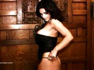 Denise Milani в черном платье без ню