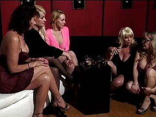 зрелые женщины и два милых молодых друга имеют лысый мужчина, поклоняющийся своим ногам