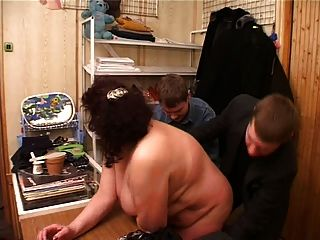 толстая мама с большими сиськами, дряблый живот трахал с 4 парнями