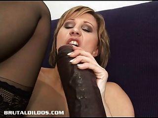 Ванесса кормит ее киску и мудак огромными фаллоимитаторами