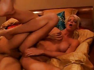 блондинка получает задницу трахал