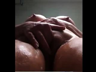 сексуальная бабушка в душе стиральная сочная жирная киска