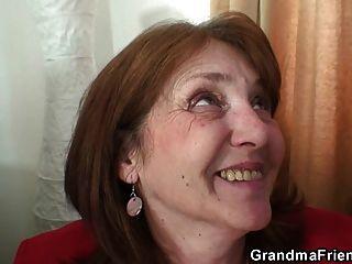 грудастая бабушка в чулках едет и сосет в то же время