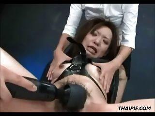 азиатский, сделанный до оргазма и проглатывающий