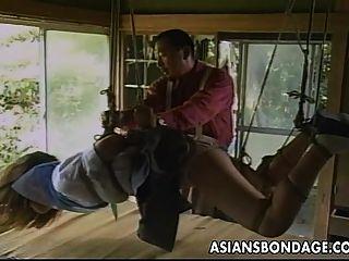 сексуальная маленькая азиатская девушка получает привязанную и поддразнивает ее Partne