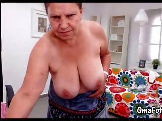 Omafotze зрелая делает стриптиз и мастурбирует ее киску