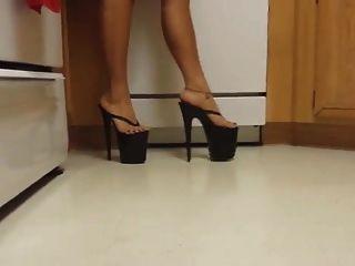 сексуальная японская леди, носящая ее 8-дюймовые платформы на высоких каблуках