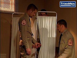 голые военные трахаются на титанах