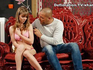 большой парень соблазняет блондинку девственницу
