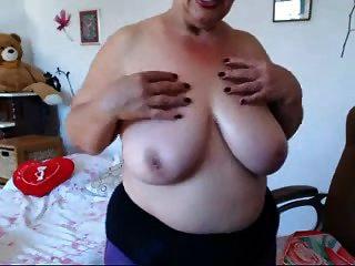 бабушка играет с большими сиськами на веб-камере! любитель!