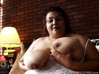 огромные сиськи роговой Bbw играет с ее толстой киской для вас