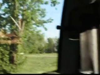 чертовски горячая брюнетка в машине