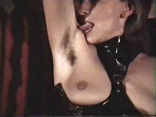 немецкая зрелая женщина-рабыня должна лизать ее волосатые подмышки