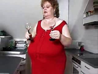 огромные сиськи на кухне