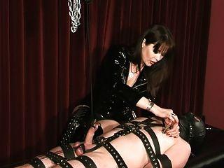 Домина доила своего раба, а лицо его сидело