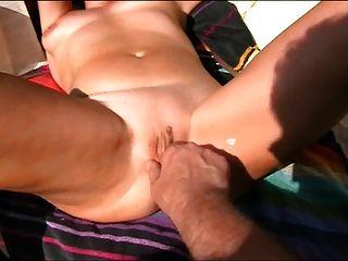 жена получает оргазм во время бритья на пляже