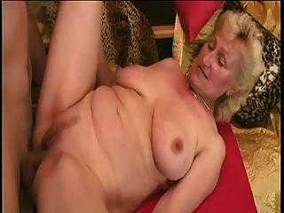 Monica: большой молодой член и один фаллоимитатор для сексуальной старушки