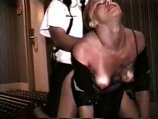 жена трахается охранником в коридоре отеля