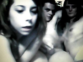 молодой чувак с огромным петухом на камеру с двумя подругами