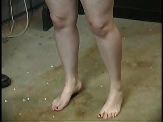 милая толстая рабыня в корсете сдерживается и унижена ее хозяином