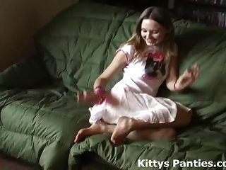 Маленькая подростковая киска, сверкающая ее трусики в крошечной мини-юбке