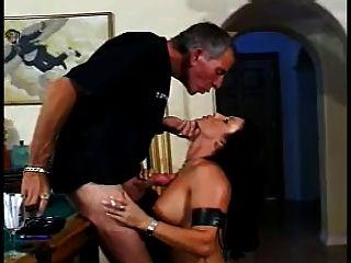 классическая горячая брюнетка кумар курить секс